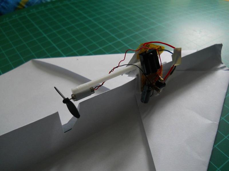 Как сделать летающий самолёт на моторчике 208