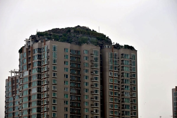 bejing-illegal-rooftop-mountain-villa-designboom01