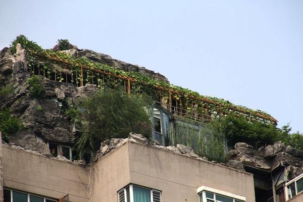 bejing-illegal-rooftop-mountain-villa-designboom02