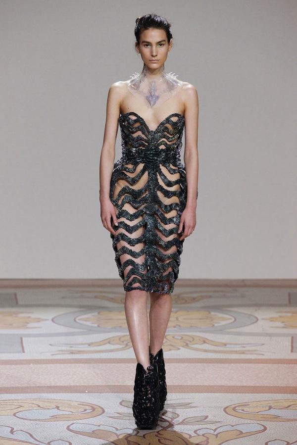 magnetic-moon-dress-iris-van-herpen-x-jolan-van-der-wiel-designboom-03