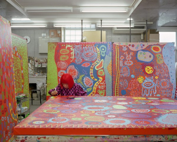 yayoi-kusama-exhibits-paintings-and-installations-at-david-zwirner-desigboom-01