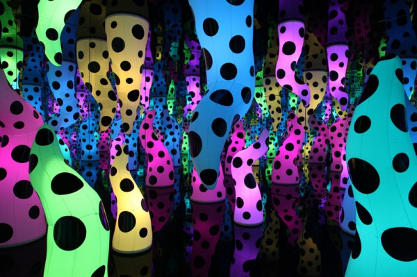 yayoi-kusama-exhibits-paintings-and-installations-at-david-zwirner-desigboom-03