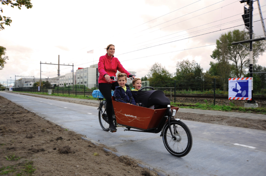 The World s First Solar Bike Path Keeps Bikers Safe Powers Surrounding Neighborhoods Co Exist ideas impact