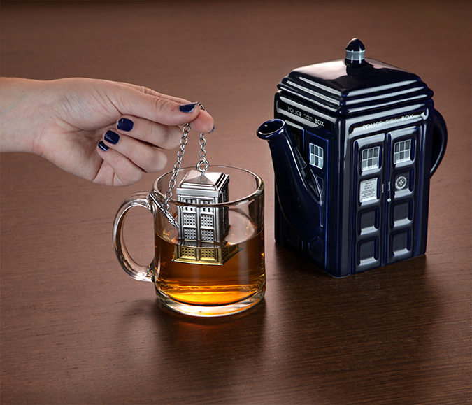 15eb doctor who tardis tea infuser in use1