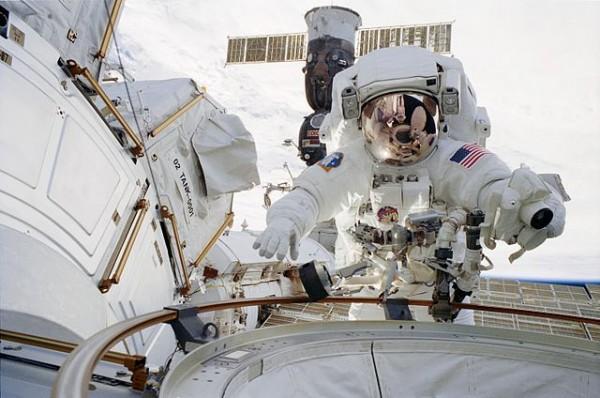 640px-STS-113_Herrington_EVA